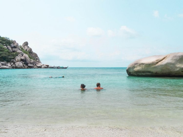 koh-tao-beaches-freedom-beach-couple-1080x810