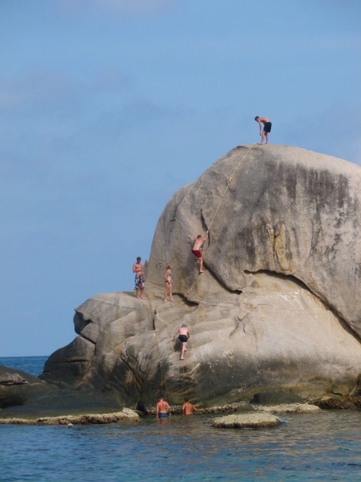 koh-tao-cliff-jumping-525x700tenotebay